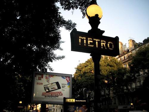 파리의 지하철역 입구 사진