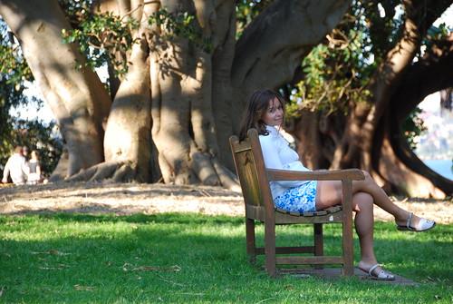 Andrea descansando en los jardines botánicos
