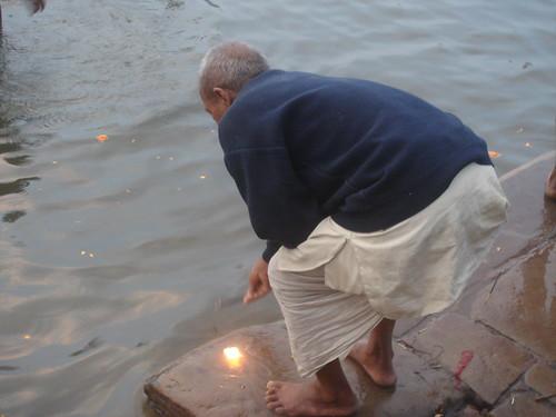 Ganges River1-25清早就有人在沬浴