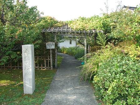 念珠の松庭園~アケビ門