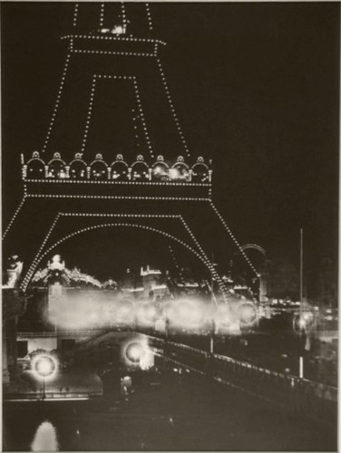 Une vue de nuit, la Tour Eiffel et le Pont Iéna.