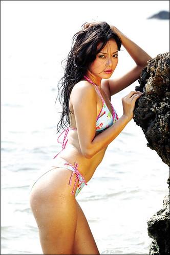 Cute-Indonesian_models-Adjeng-Inez-Nugroho-in-bikini1