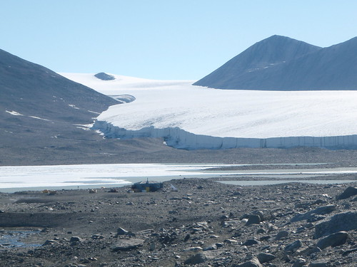 F6 hut and Commonwealth Glacier