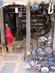 Una tienda de menage del hogar, en el mercado viejo, Pokara