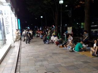 9日深夜。まだ25人ほどしか並んでいない。