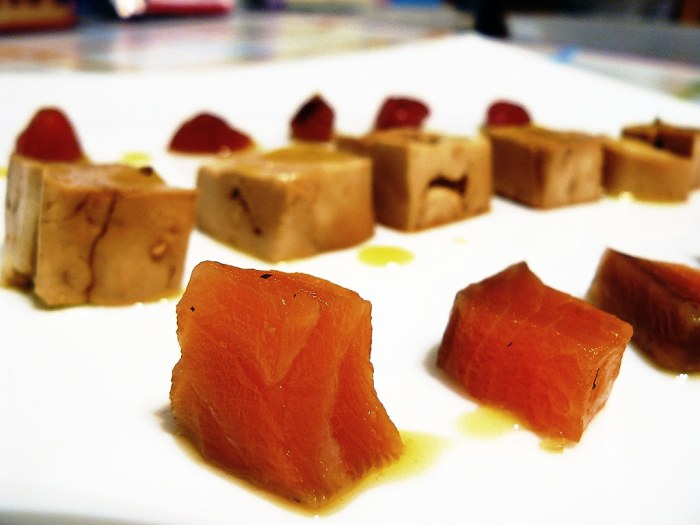 Tofu, salmón y tomates