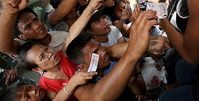 image of Filipinos queueing for rice, borrowed from farm4.static.flickr.com