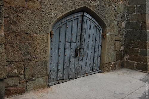 Амбарная дверь на улочке внутри дворца