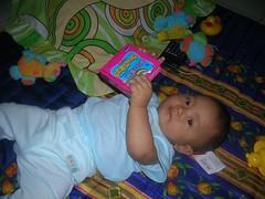 Azkia lagi baca buku mini