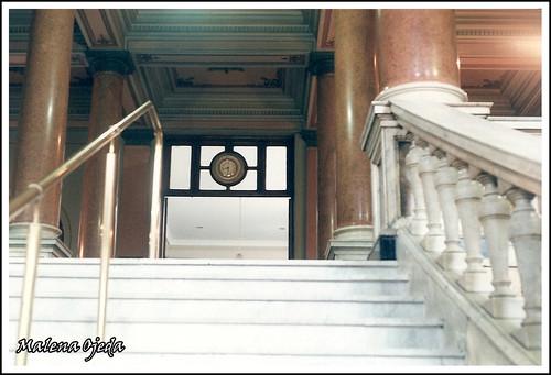 Escalera de la entrada al Hospital Italiano de Buenos Aires sobre la calle Gascón