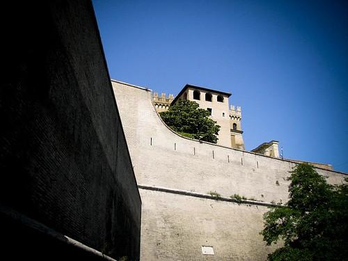 바티칸 시국과 로마를 가르는 높은 벽