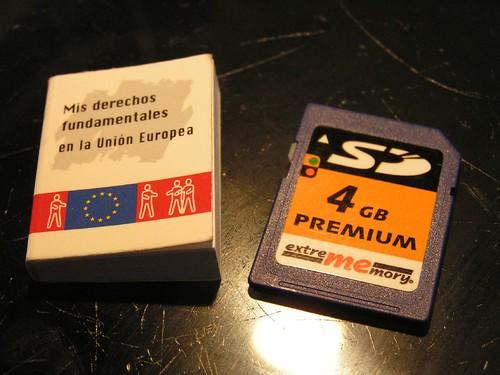 Junto a una tarjeta SD