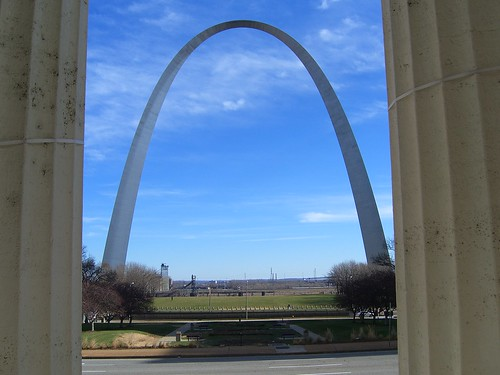 Gateway Arch, seen from historical courthouse