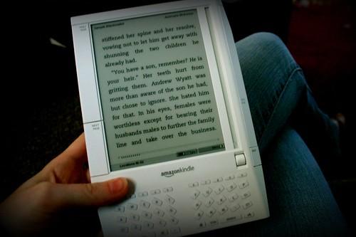 El distribuidor de libros en Internet Amazon.com anunció el lanzamiento de una versión internacional de su libro electrónico Kindle, así como una reducción de su precio de venta e incluye a Venezuela entre los países en los que se venderá el dispositivo --si bien llega en un momento en que el cupo de Internet de muchos usuarios está agotado--.