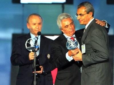 Guillermo Álvarez y Justino Compeán entregan el Balón de Platino postumo al hermano de Carlos Trápaga