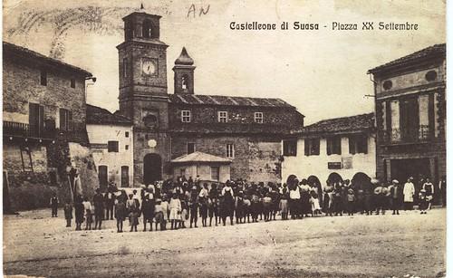 Piazza XX Settembre (oggi Piazza Vittorio Emanuele II) a Castelleone di Suasa. Inizi del XX secolo