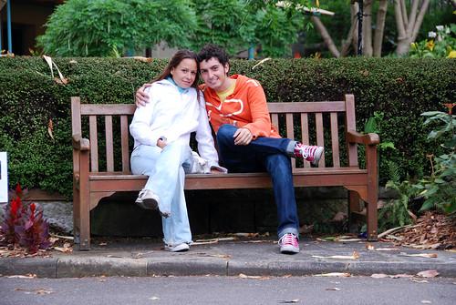 Sentados en un banco...