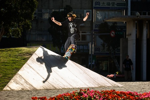 John, frontside grind transfer at the Huashan Culture Park.  The security guard tried to kick us out of this place, but John and Dave went in and told the manager that a they had a photographer from the US with them.  Then the security guard watched as we skated for an hour.