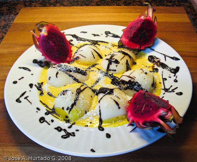Peras y pithaya con crema de maga y chocolate.