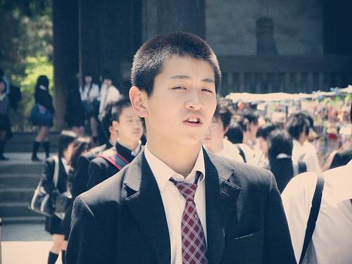 짧은 머리의 일본 고등학생.