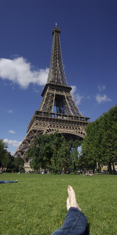 Mijn voeten aan de voet van de Eiffeltoren in Parijs