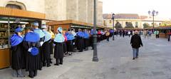 Panorámica de los profesores reunidos en la Plaza de los Santos Niños
