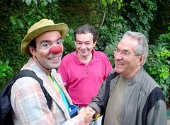 Palhaço Popó cumprimenta o Professor Ciro sob o olhar atento do Gilberto. Clique para ampliar.