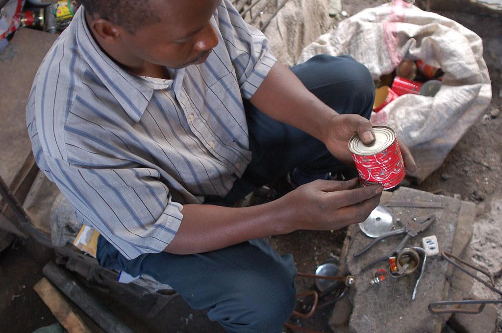 Fabricando lámparas de parafina en Gikomba