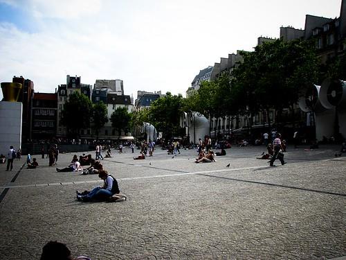 퐁피두 센터 앞의 광장에 많은 사람들이 앉아 있다.