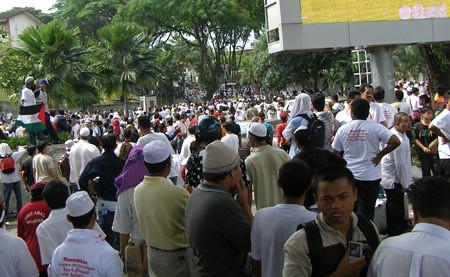Berdemo pula di pekarangan masjid