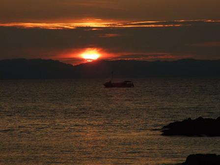 夕暮れクルーズ~粟島と船