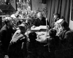 Bijbellezing aan tafel met kerst