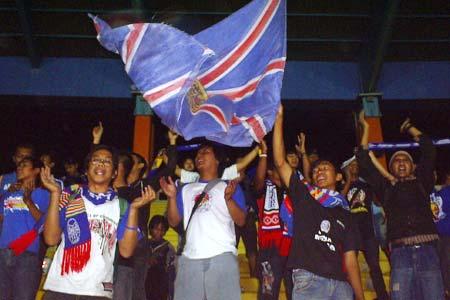 Aremania di Stadion Jalak Harupat Bandung