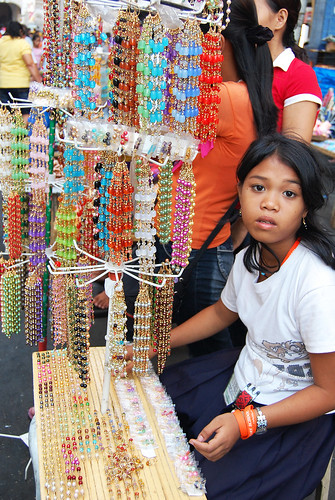 girl street market vendor sells necklace Pinoy Filipino Pilipino Buhay  people pictures photos life Philippinen  菲律宾  菲律賓  필리핀(공화�) Philippines