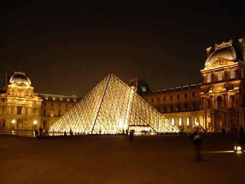 Le palais et la pyramide du Louvre