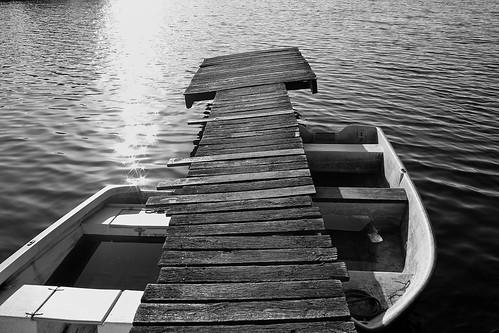 Brygga i Oxhultsjön som sett sina bästa dagar.
