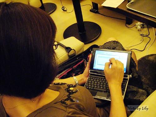 使用KJS SC觸控筆手寫使用中。