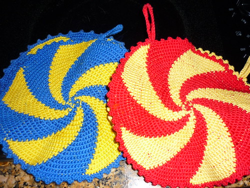 Crocheted pan holders in the Swedish and Spanish (Skåne) colours