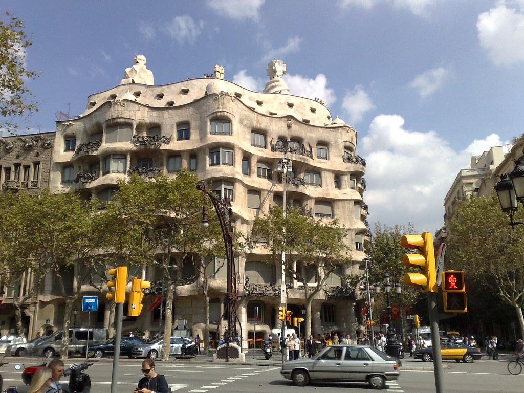 E tem esse tal de Gaudi, um fulano de quem eles são super orgulhosos lá. O cara realmente tinha talento - desenhou, arquitetou, projetou várias obras de arte (algumas são prédios, outras esculturas...)