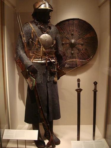 Armure tibétaine (contrairement à ce qu'on pourrait penser, il s'agit d'un équipement de cavalier : la cotte de maille ne couvre pas les jambes pour qu'on puisse chevaucher librement) du Metropolitan museum of arts de New York © IslesPunkFan