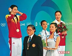 Guo Jingjings gold medal awarded by Timothy Fok