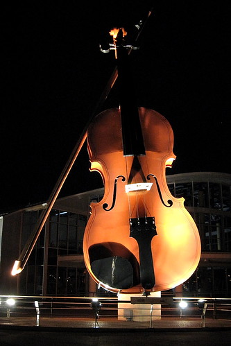 Giant fiddle