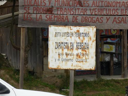 """En Chiapas: """"Aquí manda el pueblo, y el gobierno obedece"""" (Fuente: https://i0.wp.com/farm4.static.flickr.com/3261/3218898686_196e089a98.jpg)"""