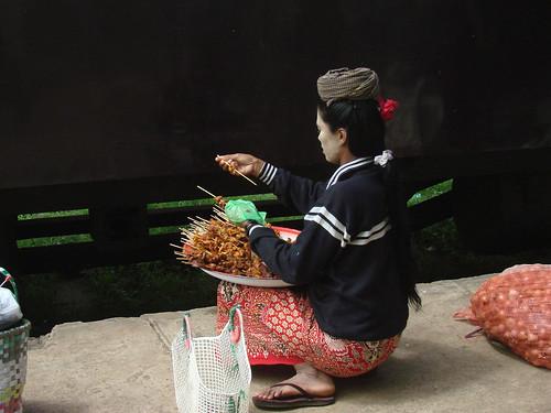 Vendedora de comida en una estación