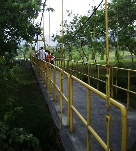 Menyeberangi Jembatan Gantung