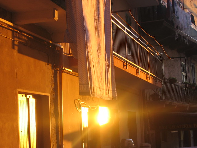 capturing the bright sun in the cinque terre