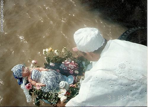 Oferenda nas águas pra Iemanjá