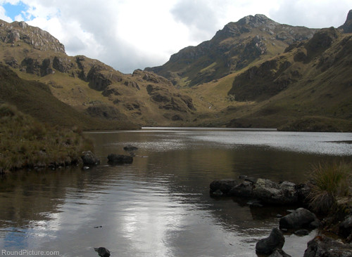 Ecuador - Parque Nacional Cajas - Laguna Canutillos and the Trail up to the Pass
