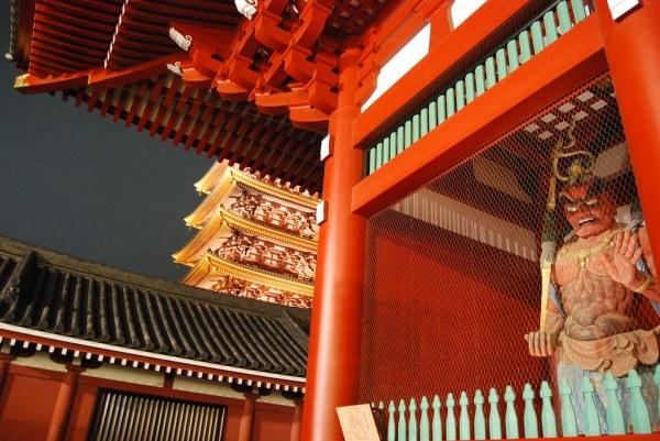 Los guardianes del Sensō-ji de noche