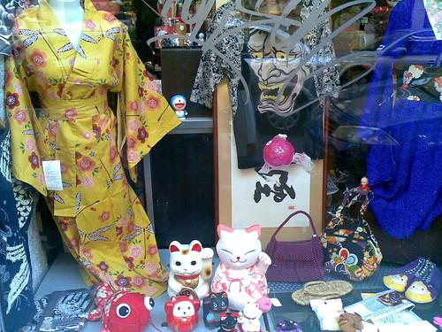 Dando un paseo nos encontramos esta tienda donde vendian kimonos y varias cosas de la cultura japonesa